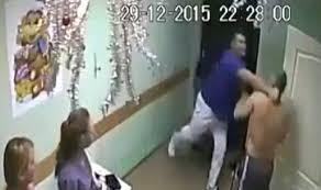 russische arts slaat patient